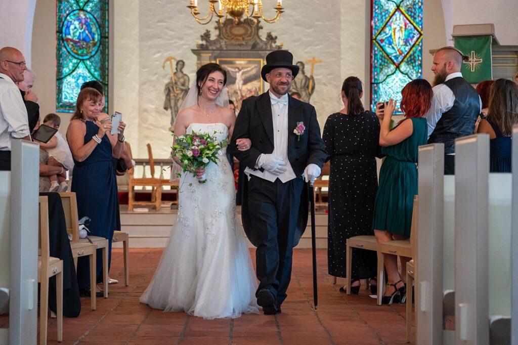 Brudpar går genom altargången