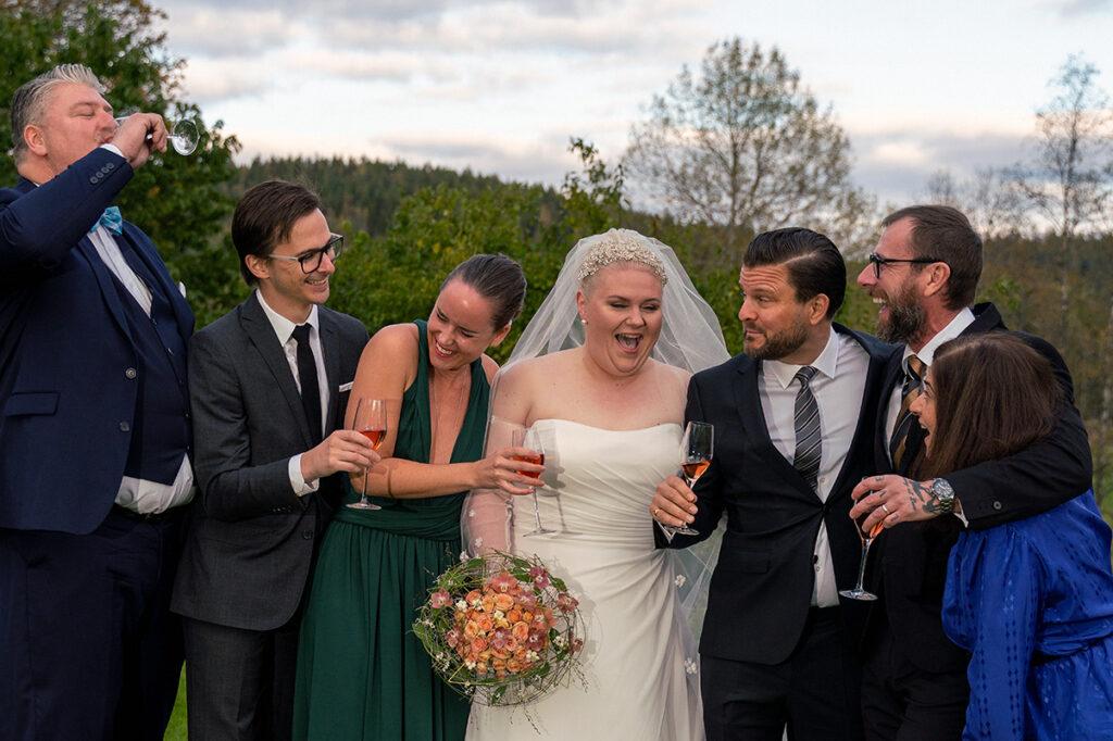 bruden skrattar med vänner