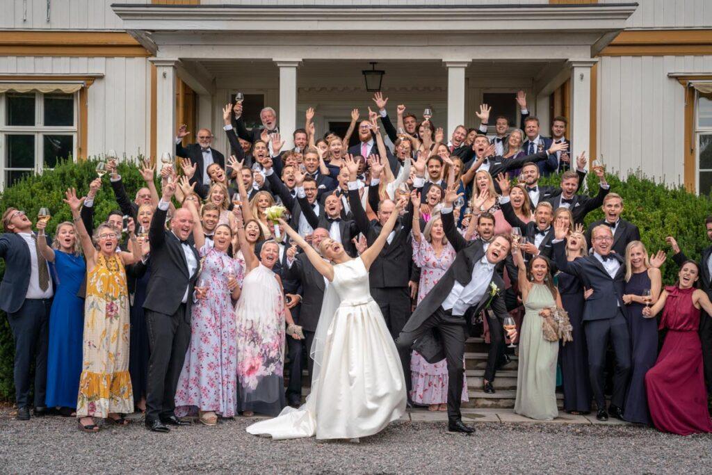 Gruppbild av gäster och bröllopspar
