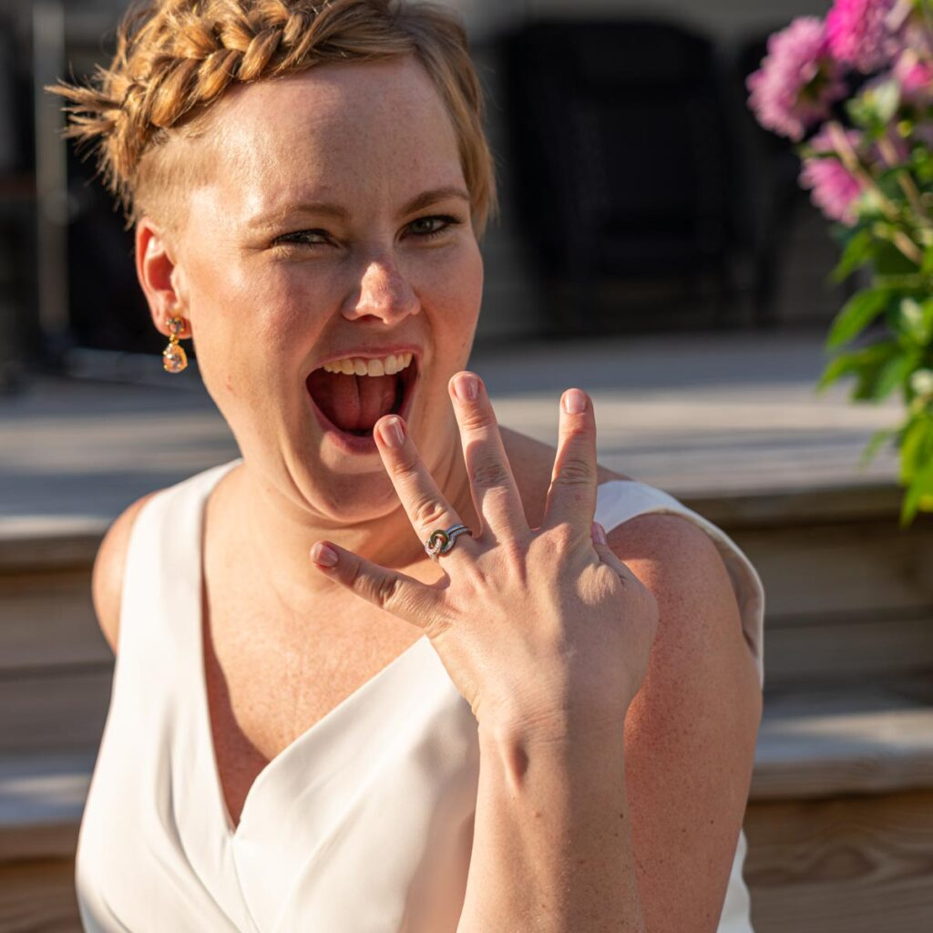 glad nygift brud visar vigselring