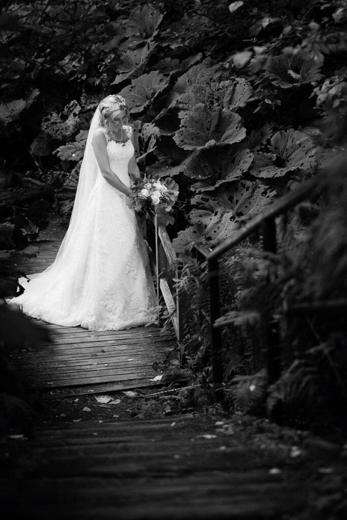 Brud i bröllopsklänning med bröllopsbukett