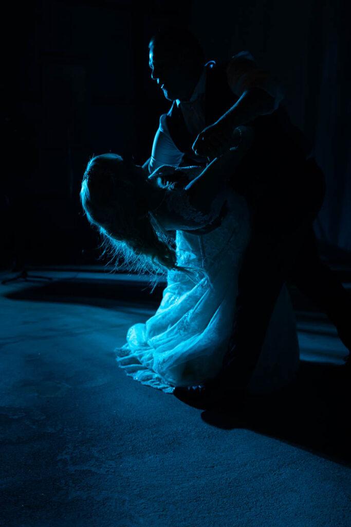 Brudpar dansar brudvals på bröllopsfest i Sunne