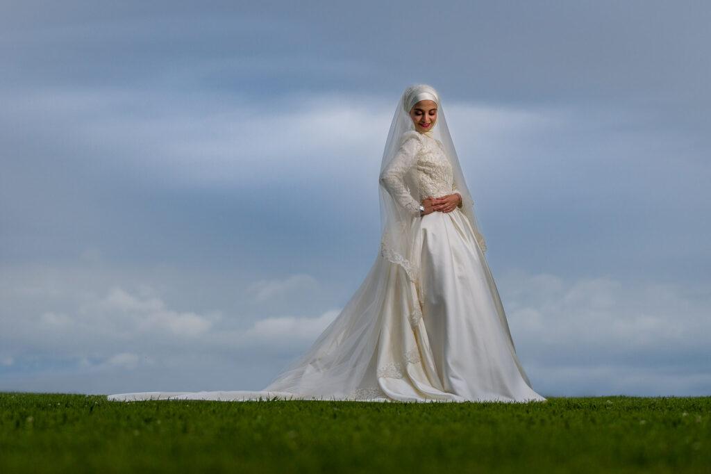 Brud poserar för porträtt iförd bröllopsklänning