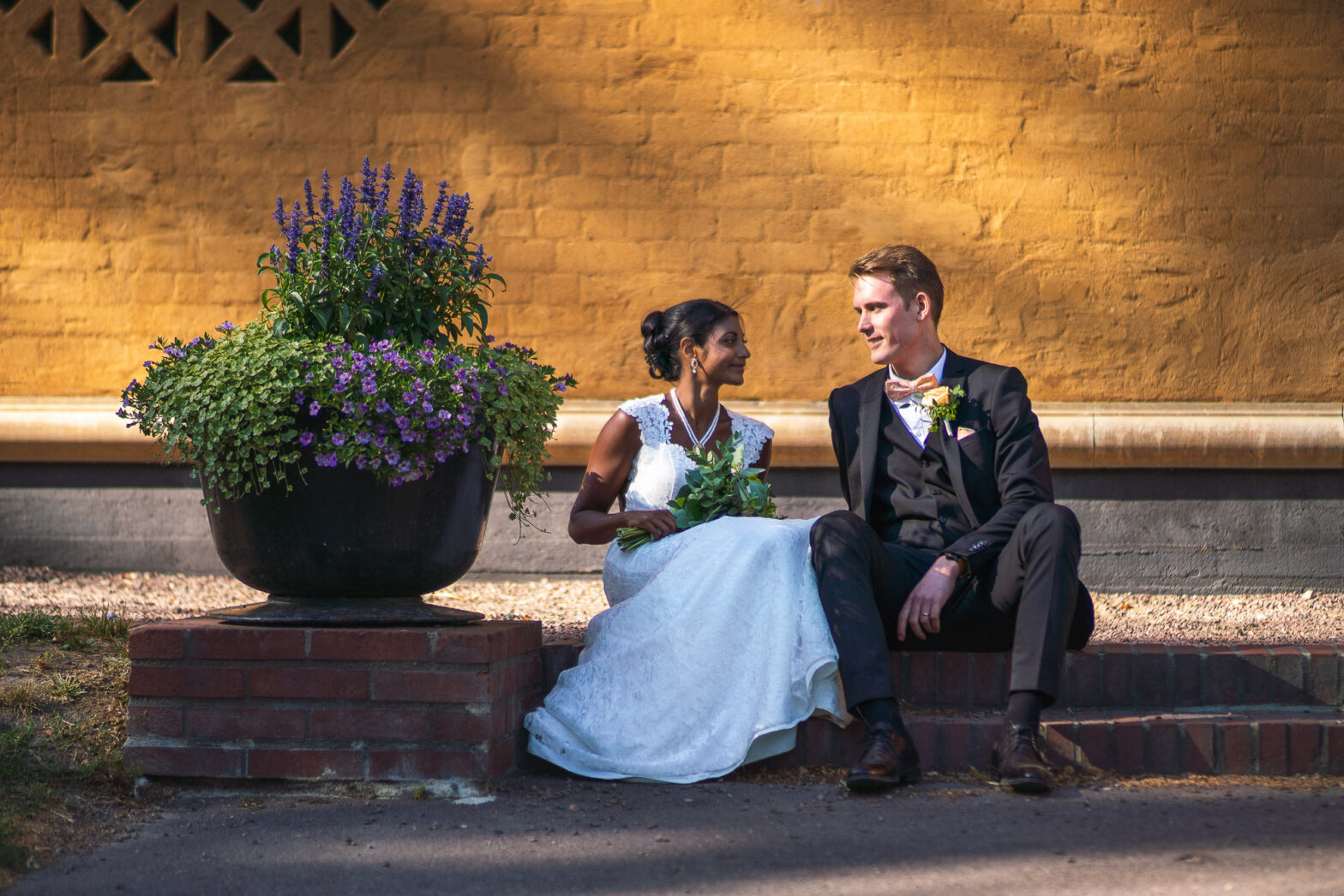 Brud och brudgum i museiparken i Karlstad
