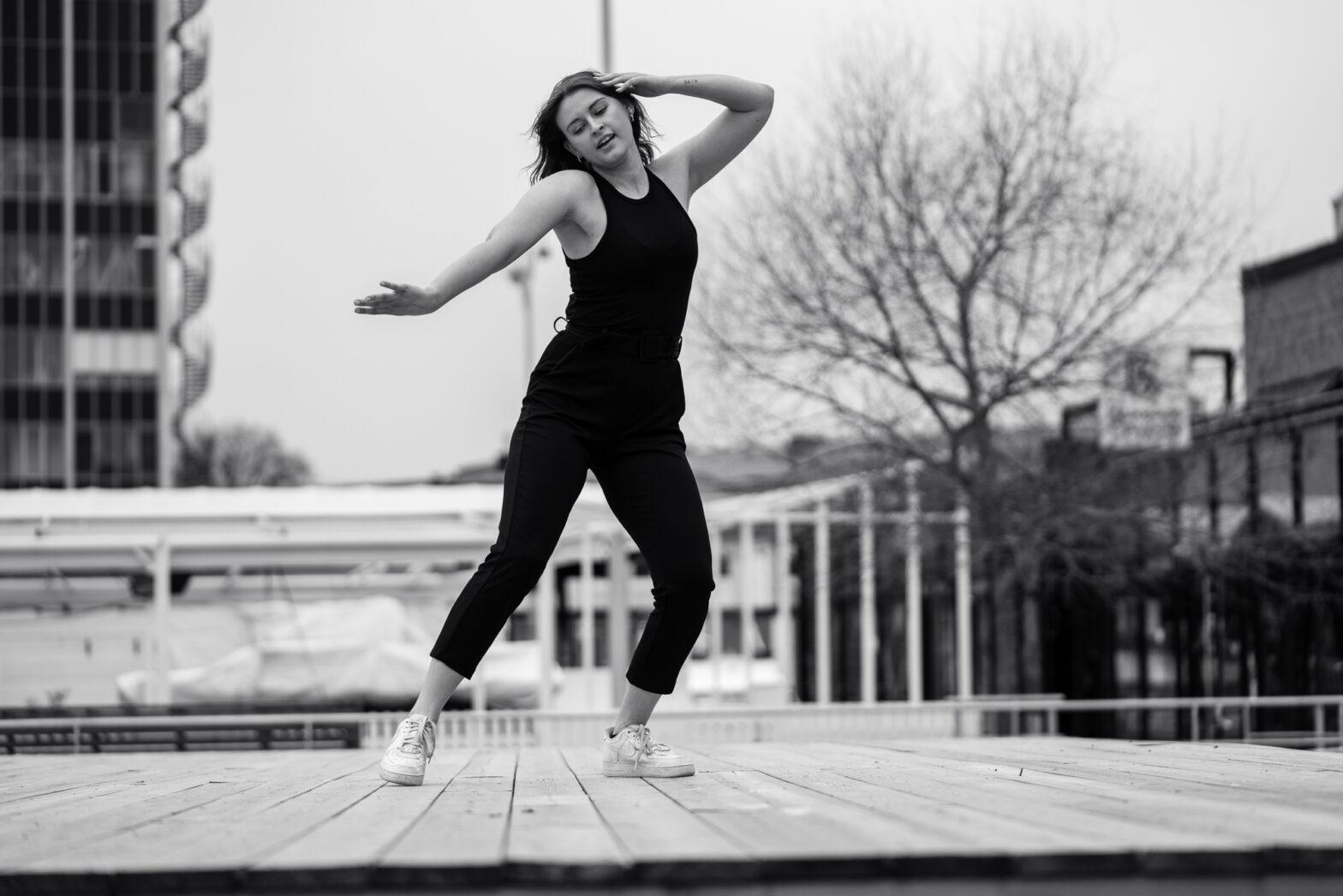 Kvinna dansar på trädäck i Karlstad