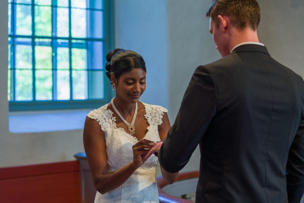 Bruden ger brudgummen vigselring bröllop Grava kyrka Karlstad