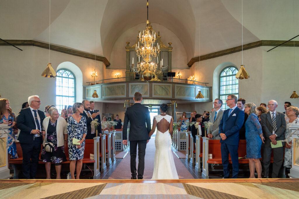 Nygift bröllopspar går ut ur Grava kyrka i Karlstad