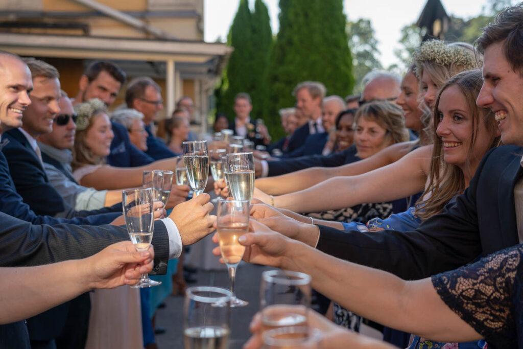 Skålande gäster och bröllopspar på bröllopsfest Elite stadshotell Karlstad