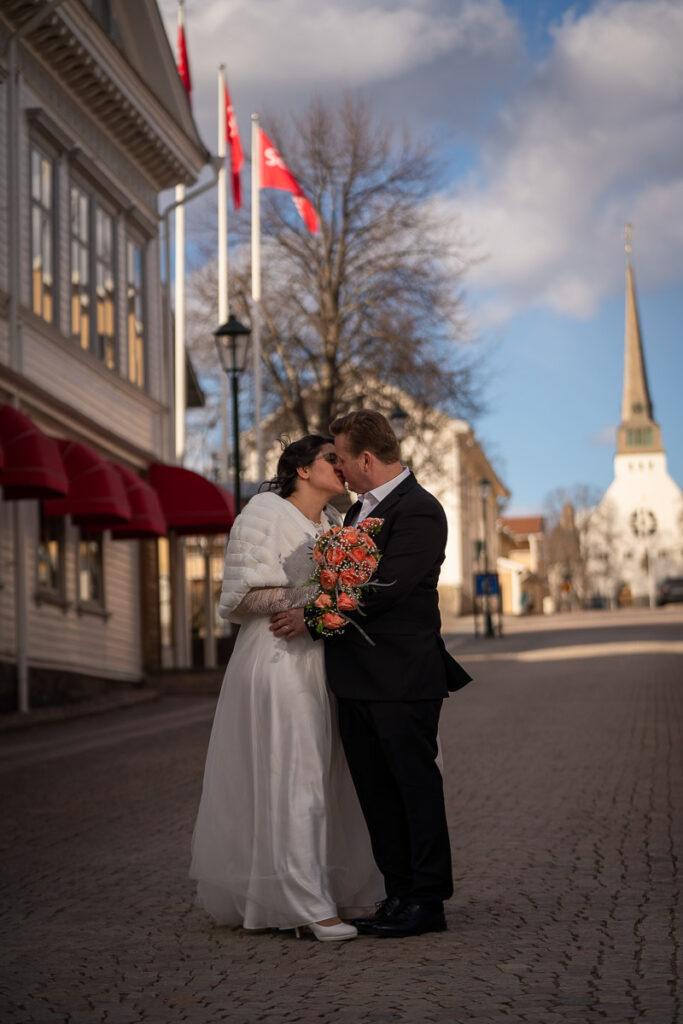 Bröllopspar kysser varandra på stan