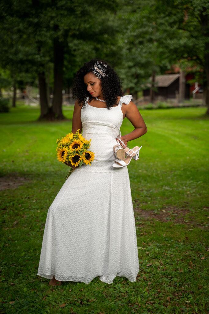 Nygift brud poserar med bröllopsbukett